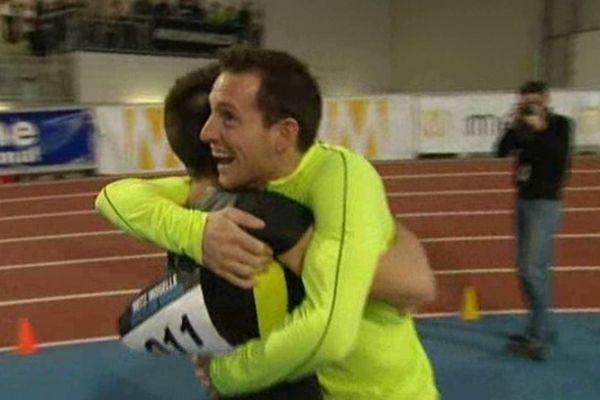 Renaud Lavillenie enlace son frère. Valentin vient de franchir la barre des 5,70 mètres.