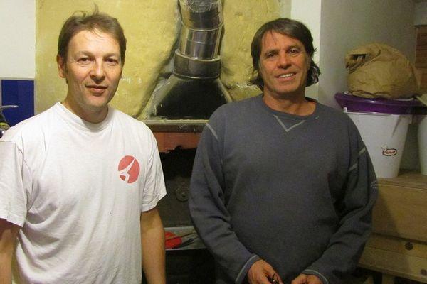 Même les horaires de travail sont discutés : Eric (à gauche) préfère la nuit quand Bernard (à gauche) privilégie le jour.