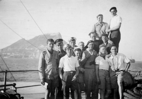 """L'aviateur François de Labouchère (à gauche) parmi un groupe de 13 Français qui ont quitté le Maroc pour Gibraltar sur le """"Djebel Dersa"""" et qui atteindront l'Angleterre au sein du convoi HG-37 sur l'""""Anadyr"""". De gauche à droite, au premier plan, on trouve également Claude Héliès, Henry Daoulas, Boris Rabinovitch (dit Rabineau), Raymond Van Wyrmeersh, Olivier Massart. Au second plan de gauche à droite : Hubert Michelin, Pierre Magrot, Robert Reyneau de Honington, Paul Hubidos, Victor Dubourgel, René Huin et Pierre Mathillon."""