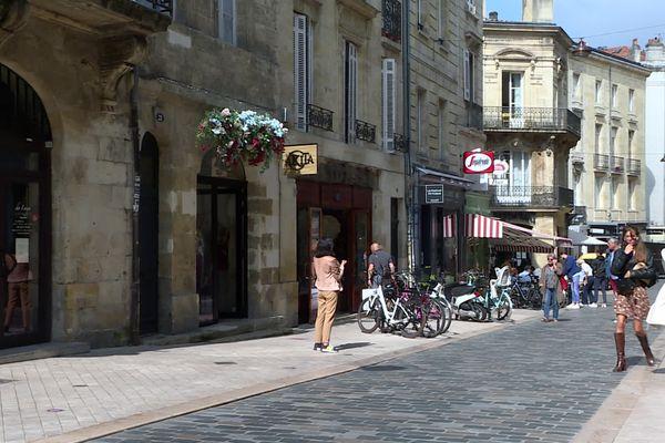 La rue du Pas-Saint-Georges fait partie des 40 hectares piétons du centre-ville de Bordeaux.