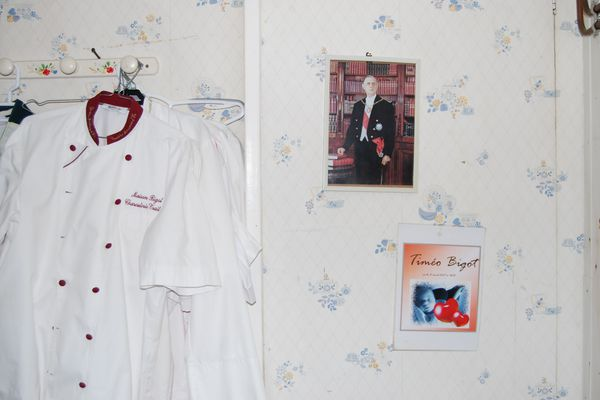 Épinglée au mur de l'arrière-boutique, la photo officielle du général de Gaulle.
