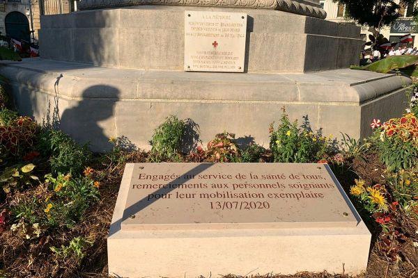 La plaque rend hommage aux soignants qui étaient en première ligne pendant cette crise du coronavirus
