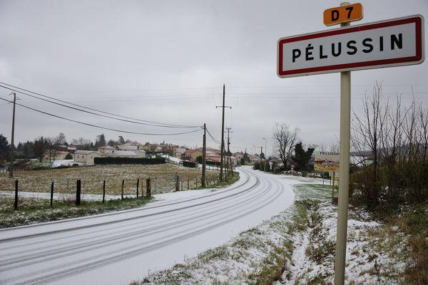 Le froid, la neige... Un sans domicile fixe a appelé au secours le 17 dans la nuit du 24 au 25 décembre 2020. Faute de pouvoir l'emmener vers un hébergement d'urgence, les gendarmes l'ont accueilli dans leur brigade de Pélussin, dans la Loire.