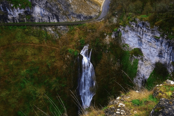 Située près d'une route, la cascade d'Autoire se situe dans une zone escarpée.