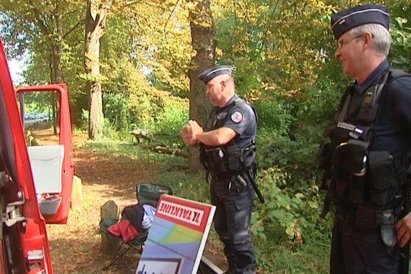 Des policiers annoncent à un Allemand que la Braderie est annulée !