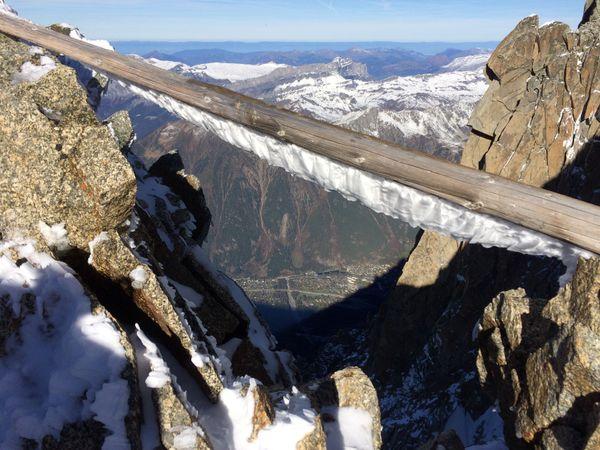 Une poutre qui soutenait la terrasse de la gare, vue vertigineuse sur Chamonix en contrebas.