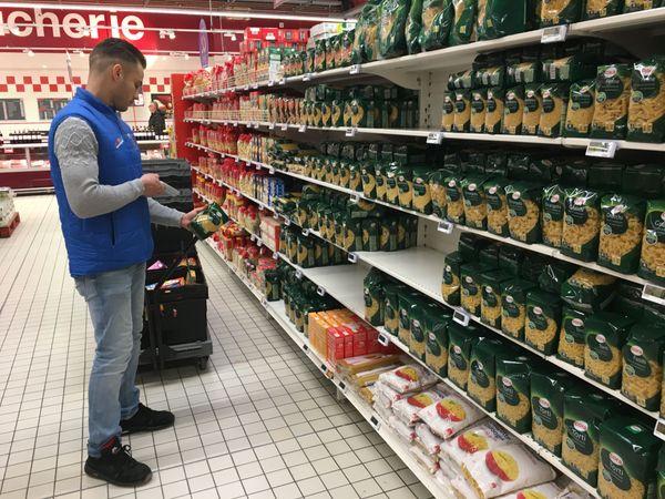 Les livraisons se succèdent dans les hypermarchés de la région pour maintenir la demande des produits de base