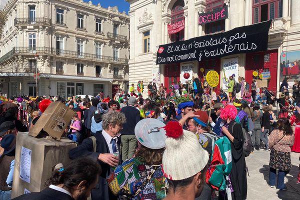 Les carnavaliers sétois, non verbalisés ni dispersés par les forces de l'ordre, ont terminé leur défilé à travers la ville devant le Théâtre-Scène nationale comme un symbole aux spectacles interdits pour cause de pandémie.