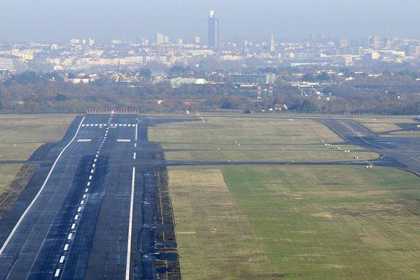 À Nantes-Atlantique, la piste et l'envol au dessus de la ville
