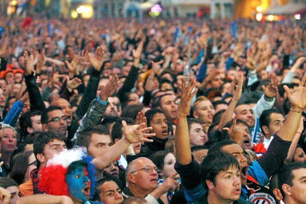 Les supporters réagissent après l'annonce de la suspension des championnats de Ligue 1 et Ligue 2.