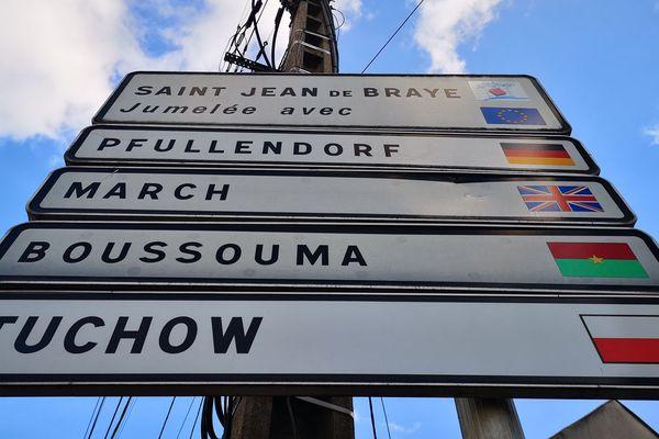 Le panneau qui annonce les jumelages de la ville de Saint-Jean-de-Braye.