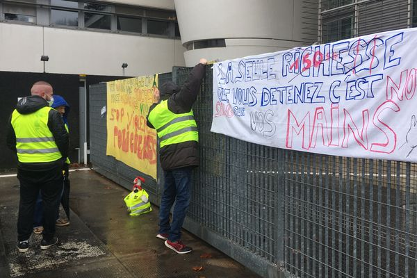Manifestation des Gilets jaunes devant le commissariat de Limoges, le samedi 2 février.