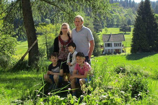 La famille Denis au grand complet, chez eux, à Berbezit (Haute-Loire)