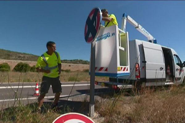 Les équipes du département des Pyrénées-Orientales posent les nouveaux panneaux de limitation de vitesse à 80 km/h, en fonction dimanche 1er juillet 2018