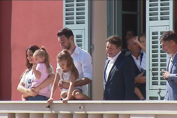 Hugo Lloris aux côtés de sa famille et de Christian Estrosi au balcon de la mairie de Nice.