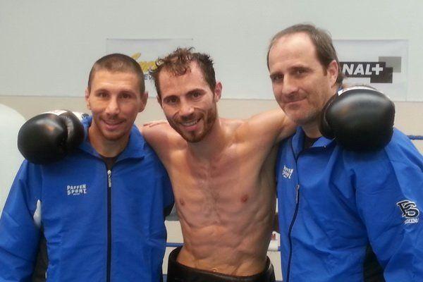 Guillaume Frénois au centre avec ses entraîneurs Cyril Thomas et Eric Tormos