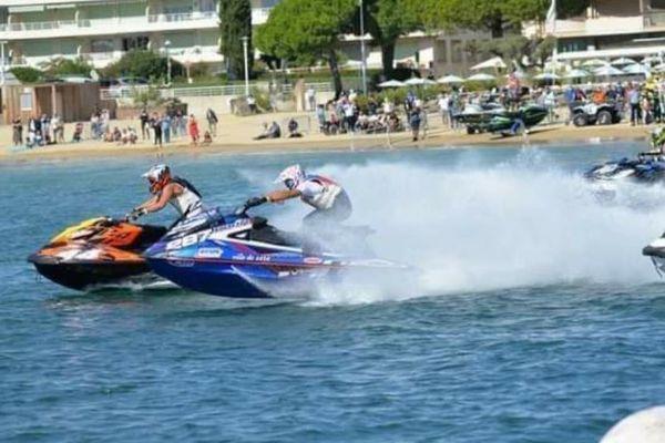 Thomas Favolini (sur le jet-ski bleu numéro numéro 287) a survolé les épreuves de vitesse pour décrocher son titre de champion de France 2020 de la spécialité en trois manches réparties sur deux week-ends. Il s'est aussi adjugé le titre en endurance.