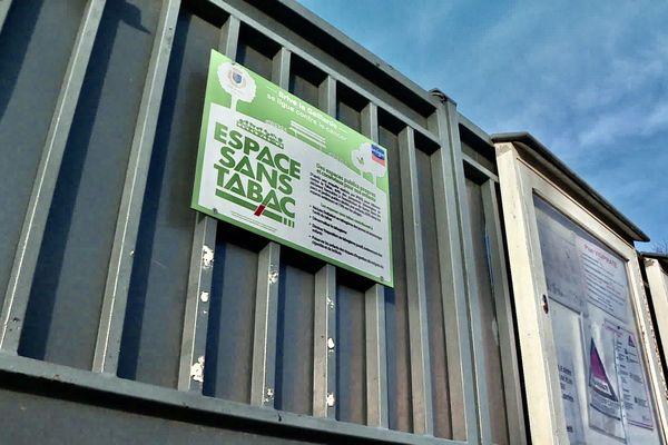 """A Brive, les portails d'une dizaine d'écoles affichent déjà des panneaux """"Espace sans tabac""""."""