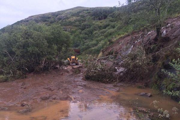 Dans le Cantal, entre Néronne et Salers, une partie de la route est impraticable à cause des pluies.