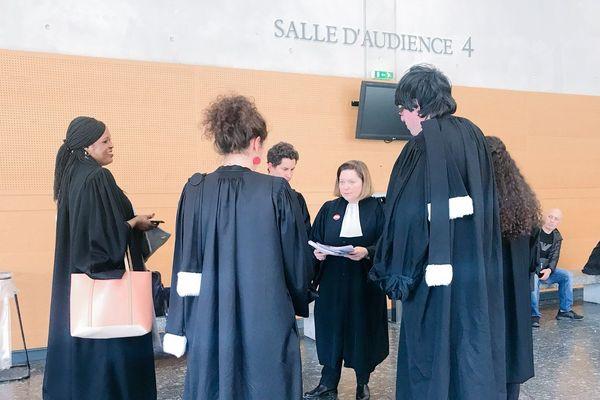 Des avocats travaillent malgré la grève pour assister des étrangers placés en rétention administrative et menacés d'expulsion.
