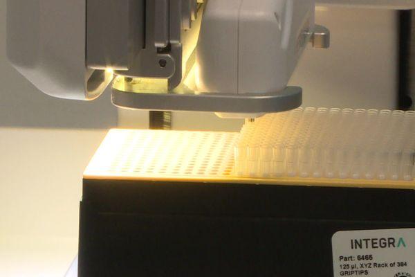 Déjà, de nombreux laboratoires s'équipent en automates permettant d'augmenter leurs capacités de test (ici à Craponne)