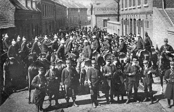 Les forces de l'ordre mobilisées pour contenir la foule et les grévistes.