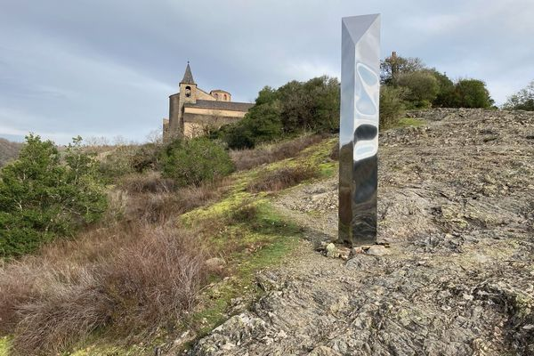 Le mystérieux objet est apparu samedi 19 décembre au matin près du prieuré, sur les hauteurs d'Ambialet (Tarn).