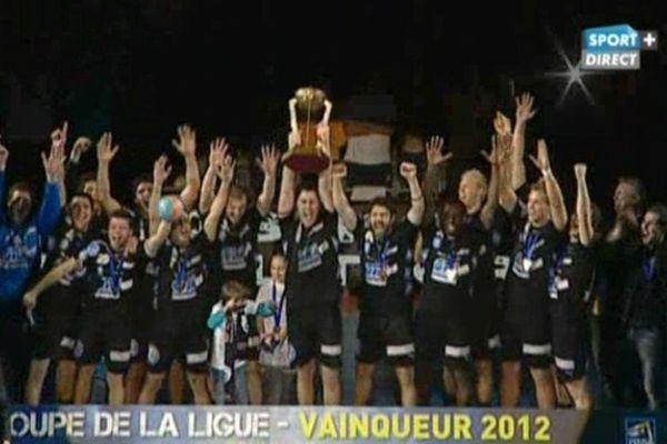 Les Dunkerquois soulèvent la Coupe de la Ligue, troisième trophée de l'histoire du club.