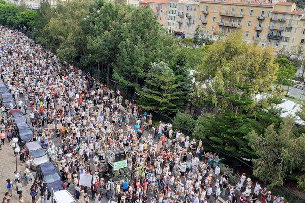Comme depuis un mois, les opposants au pass sanitaire sont très nombreux à défiler dans les rues de Nice ce samedi 7 août.