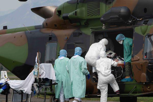"""Les hélicoptères de l'Armée, les """"Caïmans"""", ont été aménagés pour garantir le transport des malades du coronavirus et la sécurité de l'encadrement mobilisé."""