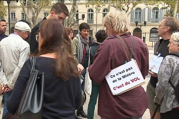 60 personnes se sont réunis devant la mairie de Nîmes pour protester contre la baisse de l'aide au logement - 14 octobre 2017