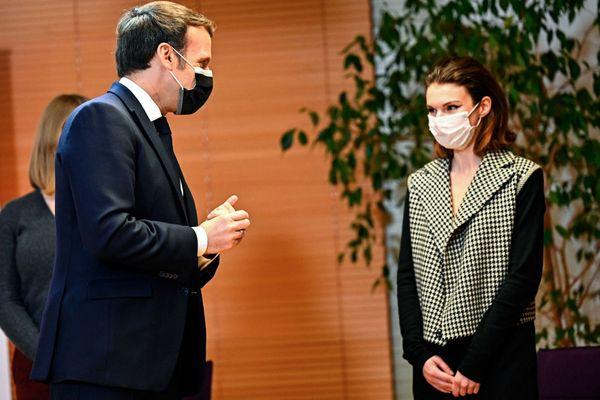 Emmanuel Macron avec une étudiante de l'IRA de Nantes, le 11 février 2021