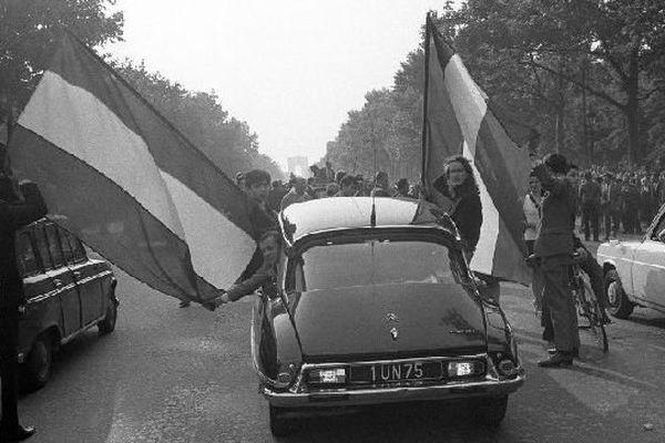 Des sympathisants gaullistes manifestent leur soutien au président de la République avec des drapeaux tricolores le 30 mai 1968 sur les Champs-Elysées.