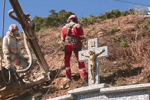 Les travaux de stabilisation des terrains, à quelques mètres des tombes