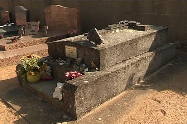 La tombe de Patrick Dewaere à Saint-Lambert-du-Lattay dans le Maine-et-Loire