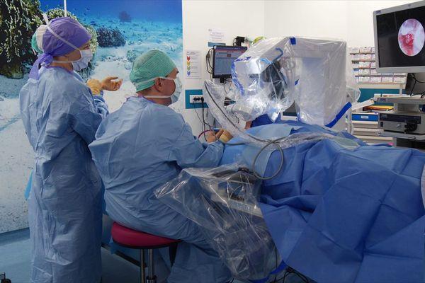 """L'opération a duré cinq heures. Le Robotol offre """"une qualité constante du geste. Il est plus stable que la main humaine"""" assure le Pr Marianowski qui a piloté cette première mondiale"""
