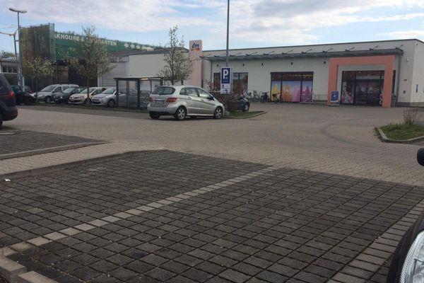 Le parking du DM à moitié vide après la désertion de la clientèle française, le lundi 16 mars 2020.