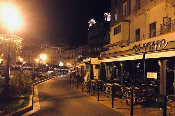 Le vieux port de Bastia était vide samedi soir à l'heure du couvre-feu.