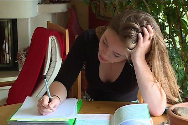 Anaïs et Pénélope, élèves en terminale, ont décidé de réviser ensemble les épreuves du bac même si elles ne suivent pas le même cursus.