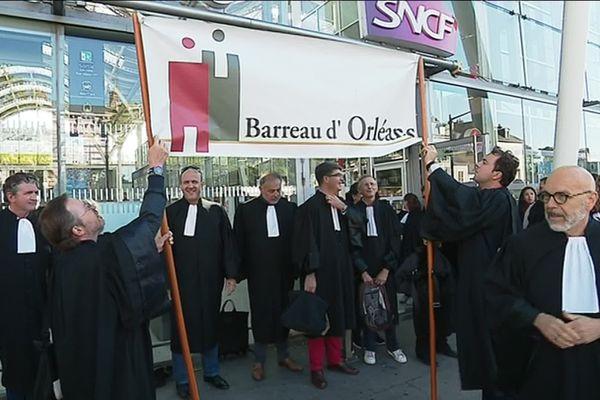 Gare d'Orléans : les avocats avant leur départ pour la manifestation à Paris
