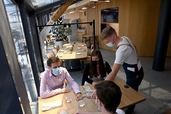 Le pass sanitaire sera imposé dès le début août pour entrer dans les cafés, restaurants, centres commerciaux, y compris pour le personnel.