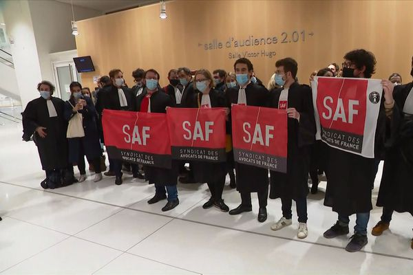 Attentats de janvier 2015: la visioconférence écartée, le procès de nouveau suspendu