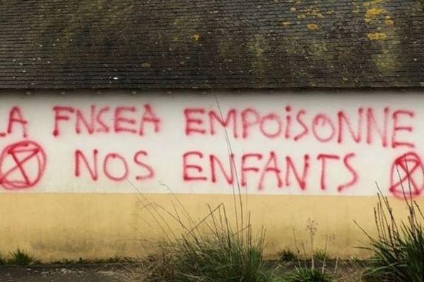 """L'un des murs de l'école privée Sainte-Marie à Ploemel recouvert par cette phrase """"La FNSEA empoisonne nos enfants"""""""