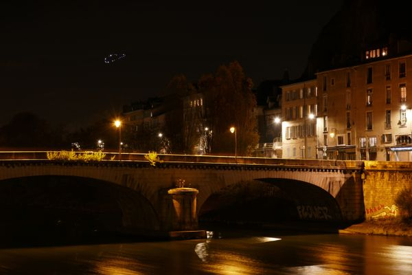 Un nouveau cœur lumineux a scintillé sur le Vercors, près de Grenoble, dimanche 22 novembre (en haut à gauche).