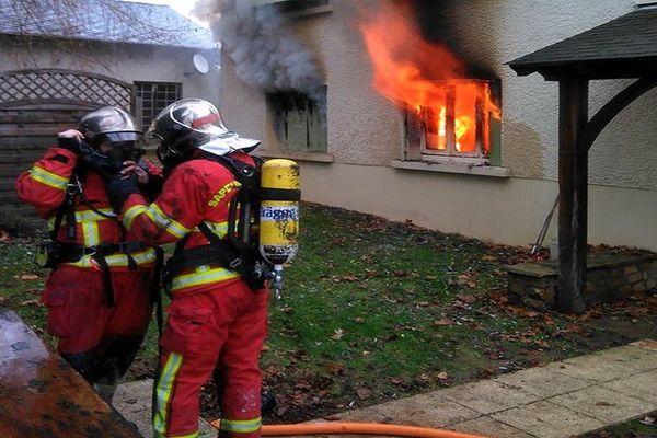 Les sapeurs pompiers en intervention pendant l'incendie
