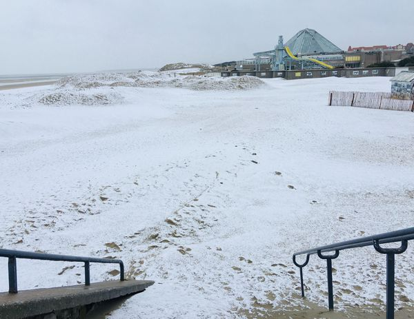 Un fin manteau de neige sur la plage du Touquet