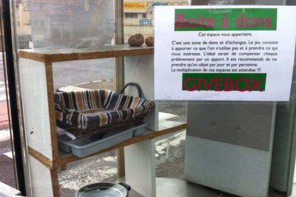 La boite à dons de la rue de Vesoul à Besançon, au matin du 23 juin.