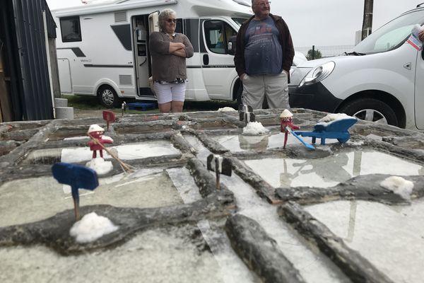 Martine Bercegeay et son mari devant leur cabane et leur saline miniature qui produit chaque jour un peu de sel