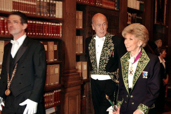En 2004, Valéry Giscard d'Estaing est élu à l'Académie française.