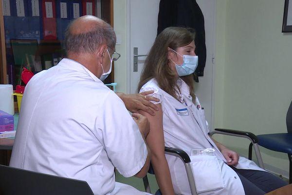 Plus de 90 % des soignants sont déjà vaccinés (au moins une dose) d'après l'Agence régionale de santé.